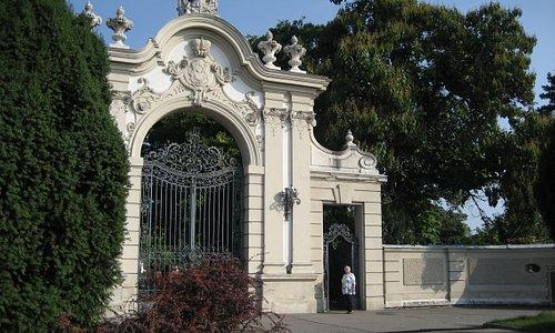 Das Eingangstor zu Schloss und Park