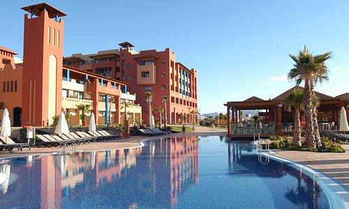 """Vista del hotel, Bar """"La Choza"""" y la piscina climatizada del hotel"""