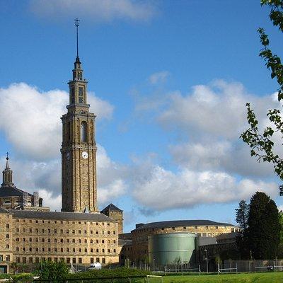 La torre preside el gran edificio