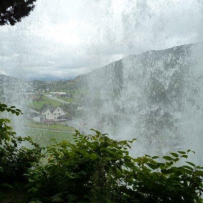 Blick durch den Wasserfall