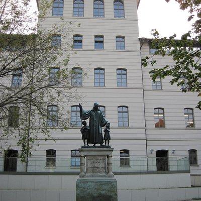Francke-Denkmal, im Hintergrund das Haus der Generationen
