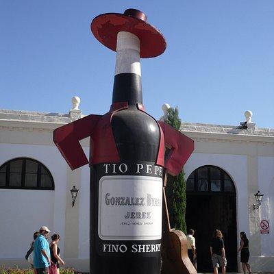 la silhouette della bottiglia Tio Pepe