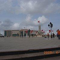 カスバ広場。正面はチュニス市庁舎。