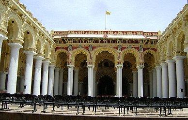 入り口から見た宮殿