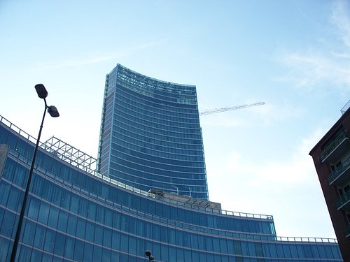 torre ed edifici bassi