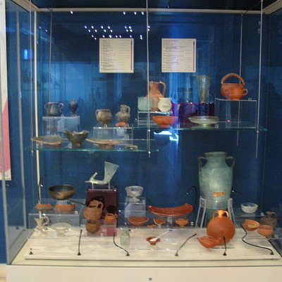 Amphores et récipients de verre vieux de 2 000 ans (Domus romana)