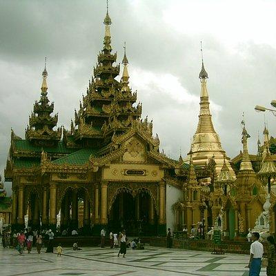 Blick auf die verschiedenen Tempel im Innenhof der Anlage