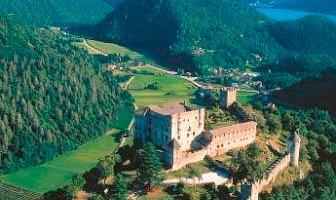 Castel Pergine dall'alto con il lago di Caldonazzo
