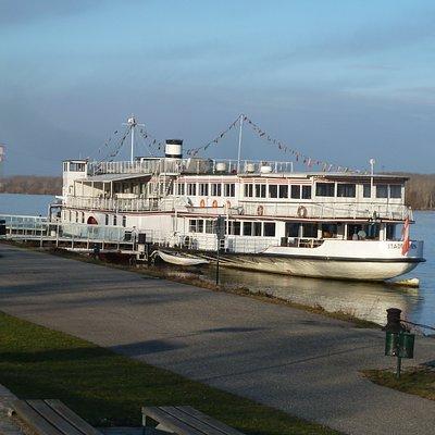 Schiff vor Anker an der Donauländer