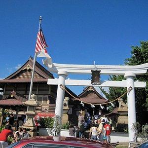 白い鳥居の隣にアメリカ国旗