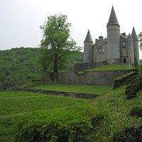 尖塔が特徴的な美しい古城