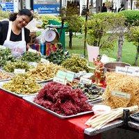 Vendeuse de fleurs et plantes diverses en friture.