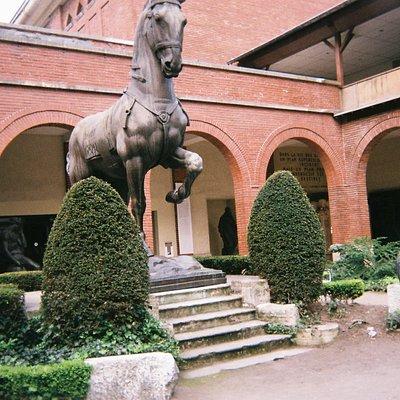 美術館入り口にある彫刻(館内)