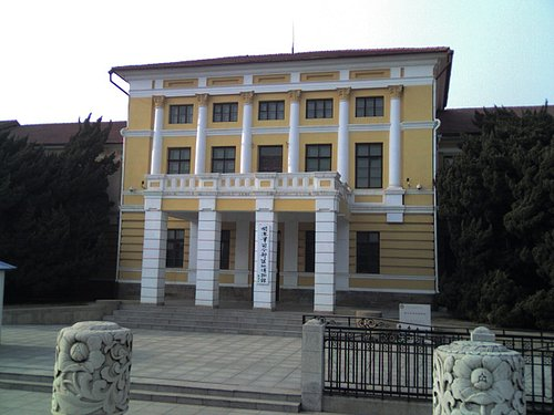博物館正面に立つ関東軍司令部跡