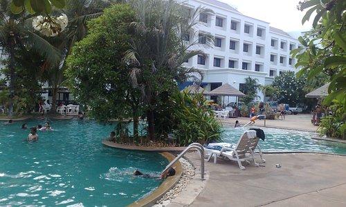 Une tres grande piscine vraiment superbe