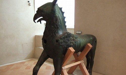 入口にある青銅製の怪獣彫刻