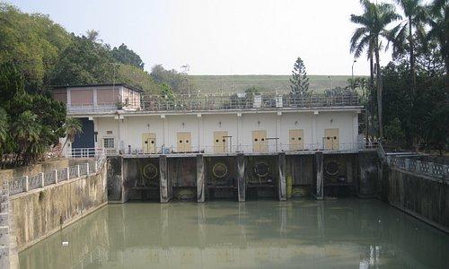 かつての放水口、上には記念館があります。