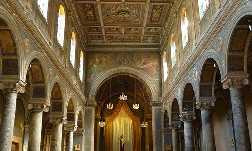 Chiesa di Sant'Andrea: le tre navate con archi e colonne.