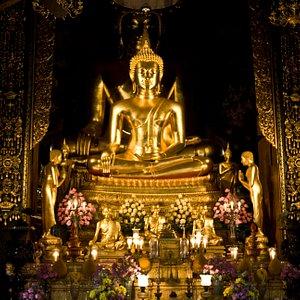 In der Haupthalle des Wat Boworniwet