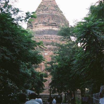 少し離れた場所からの寺院外観