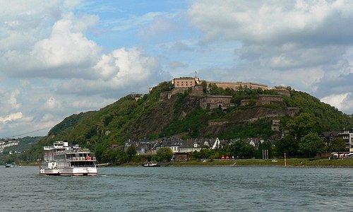 Blick vom Rheinufer hinauf zur Festung. Links im Bild die Seilbahn.