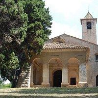 Nostra Signora di Vita: la chiesa e il prato antistante.