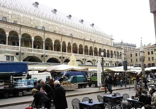 esterno visto da Piazza delle Erbe