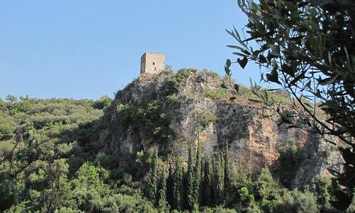 Unterwegs sieht man an der malerischen Schlucht diesen alten Turm.