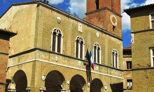 広場に面して建つ市庁舎