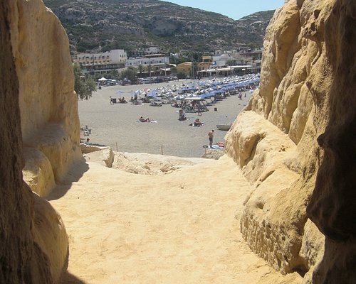 vista della spiaggia dalla necropoli romana