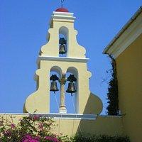 Der Glockenturm im typisch griechischen Stil