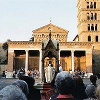 Celebrazione davanti alla Basilica