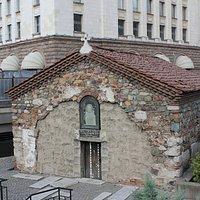 """Sv. Petka - die """"vergrabene Kirche"""""""
