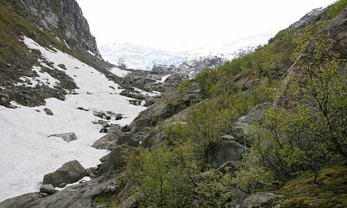 Mit Hilfe von Seilen geht's zum Gletscher