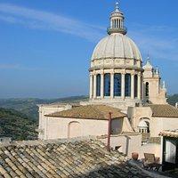 Il Duomo e la sua cupola viste da dietro