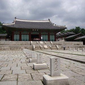 崇政殿(公式行事が行われた場所)