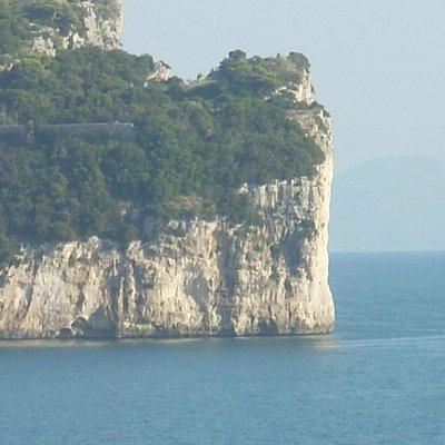 """particolare della parete, alta più di 100 metri, con la fenditura detta """"della montagna spaccata"""
