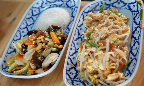 Pad Thai and Chichen with Cashew nuts