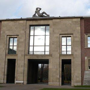 Teilansicht des Ehrenhofes wo sich das Museum Kunstpalast befindet