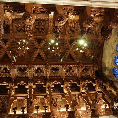 Un aspecto del artesonado y vidrieras de la escalera