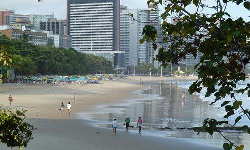 Praia e barracas.