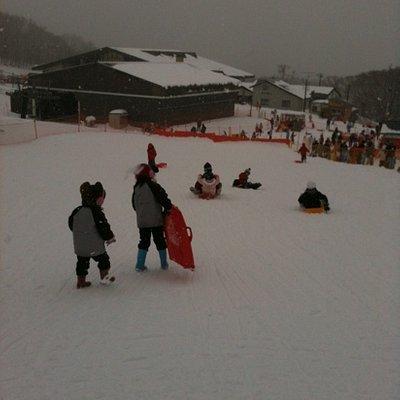 ソリコーナー。行列の反対側がスキー・スノボー