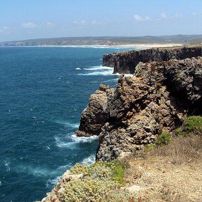Acantilados en el inicio del Pontal da Carrapateira. Al fondo la playa de Bordeira.