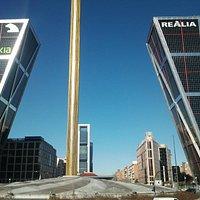 puerta de europa y el horrible obelisco de calatrava