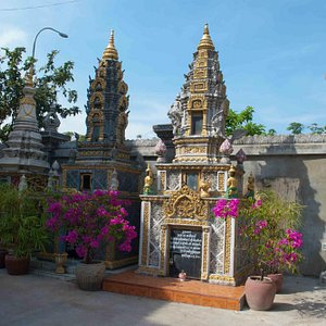 Amazing little stupas inside Wat Langka