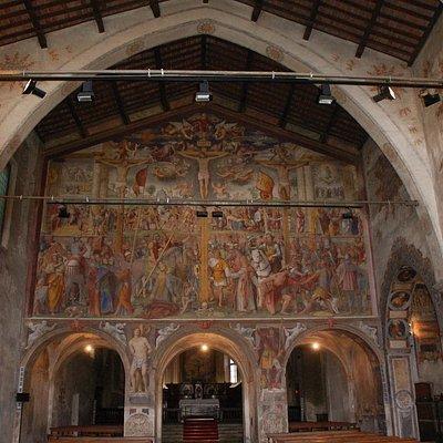 navata interna e parete divisoria affrescata