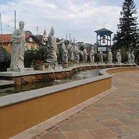 Estátuas dos apóstolos na praça