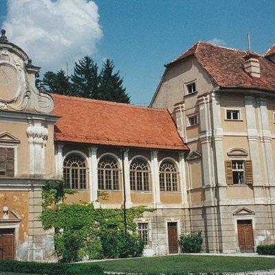 Seitenflügel des Schlosses Statenberg