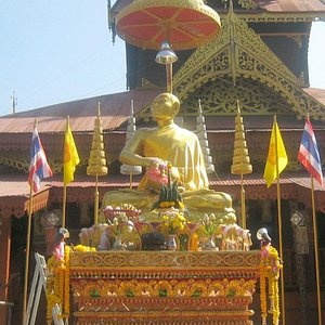 A closer view of the statue of the monk looking towards the heavens
