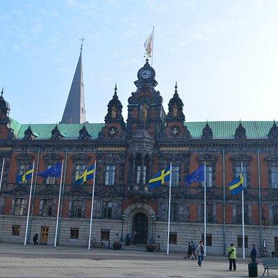 国旗がはためく市庁舎